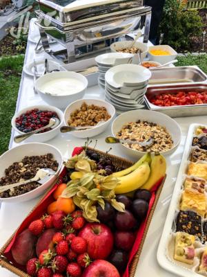 Veranstaltung-hochzeit-outdoor-zelt-galabestuhlung-speisen-deko-30