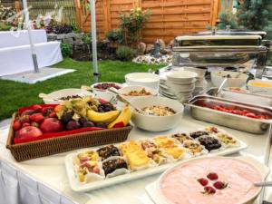 Veranstaltung-hochzeit-outdoor-zelt-galabestuhlung-speisen-deko-31