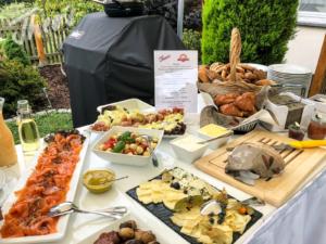 Veranstaltung-hochzeit-outdoor-zelt-galabestuhlung-speisen-deko-33